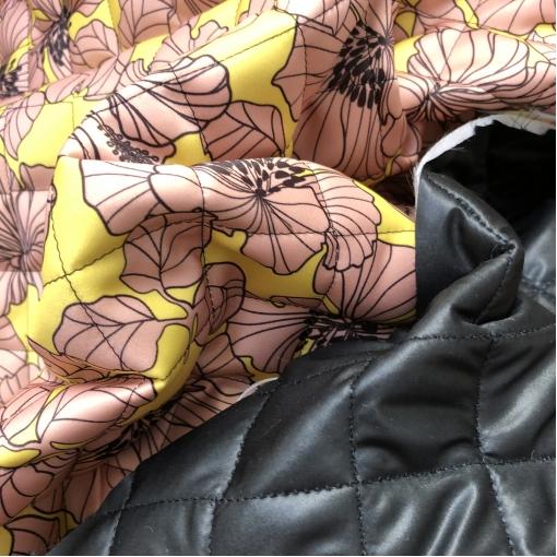Ткань курточная стеганная двухсторонняя принт Versace пудровые цветы на желтом фоне