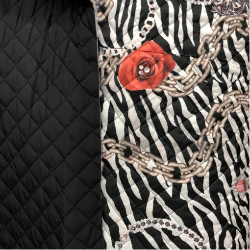Ткань курточная стеганная двухсторонняя принт Versace цепи и маки на черном фоне