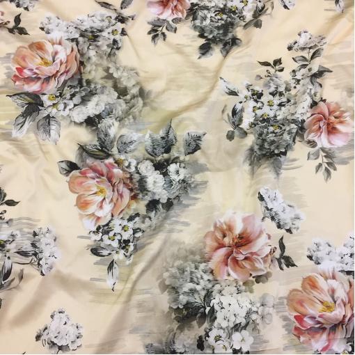 Муслин атласный Ferragamo цветы на ванильном фоне