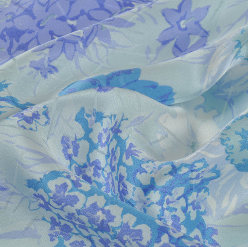 Шелк жаккард атлас  цветы сине-голубого и сиреневого цвета на молочном фоне