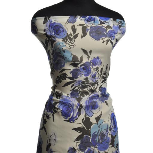 Шелковый шифон с абстрактными синими розами на белои фоне