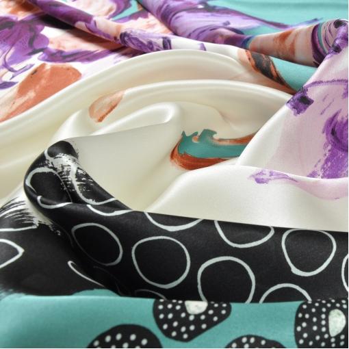Яркий шелковый атлас с лилиями на белом и бирюзовом фоне