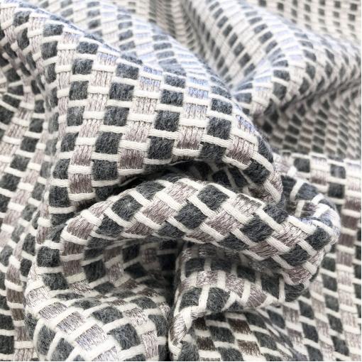 Шанель костюмная нарядная серо-жемчужного плетения на молочном фоне