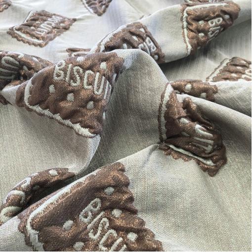 Жаккард нарядный дизайн Moschino с 3D эффектом надписи в шоколадно-серебристой гамме