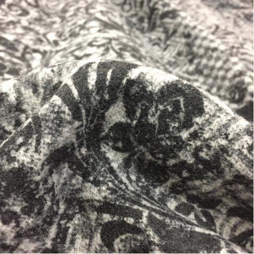 Ткань пальтово-костюмная шерстяная D&G флоковые вензеля на сером фоне