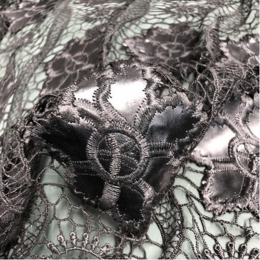 Кружево макраме дизайн McQueen черного цвета с кожаными цветами