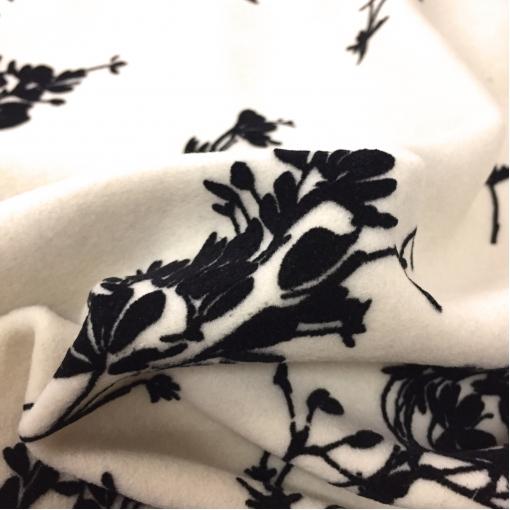 Ткань пальтовая Blumarine черный флоковый купон на молочном фоне
