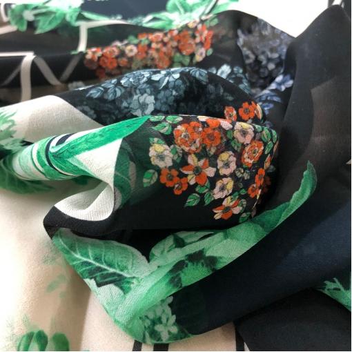 Шелк шифон принт Gai Mattiolo цветы и геометрия на разбеленно-пудровом фоне