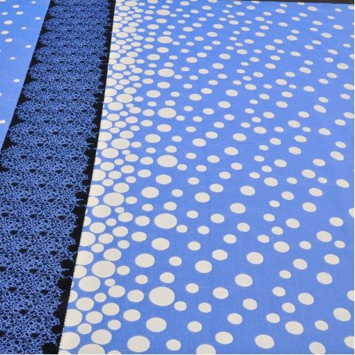 Жаккард серо-голубого цвета в горох с кружевным купоном