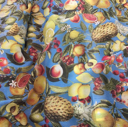 Шелк жаккардовый креш легкий принт D&G фрукты на голубом фоне