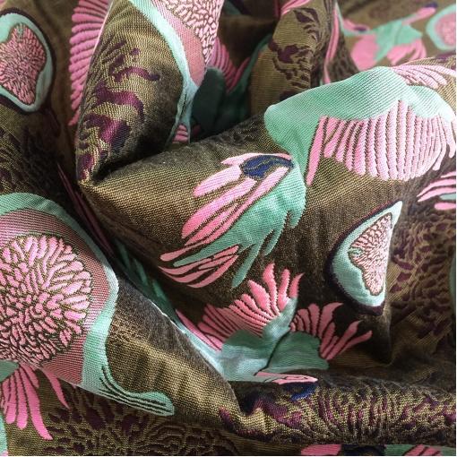 Жаккард нарядный вытканные птицы на табачном фоне