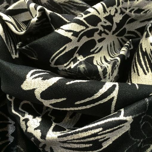 Жаккард нарядный цветы с люрексом на черном фоне