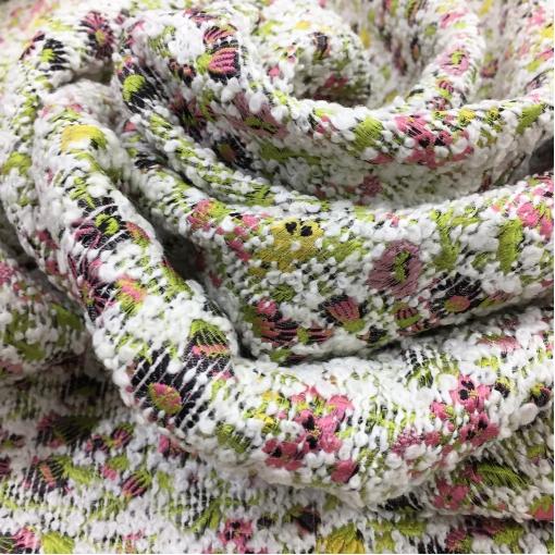 Жаккард нарядный дизайн Prada с розово-зелеными цветами на белом фоне