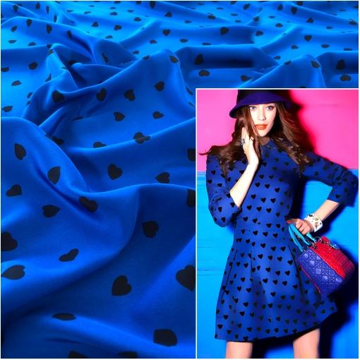 Шелк креповый дизайн Moschino мелкие сердечки на ярко-синем фоне