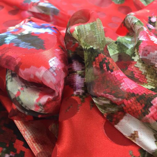 Шелк деворе принт D&G пиксельные цветы на гренадиновом фоне