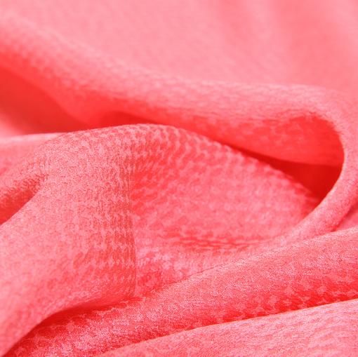 Жаккардовый стрейчевый шелк кораллового цвета