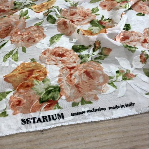 Панбархат вискозный деворе Setarium на шелковой основе розы на молочном фоне