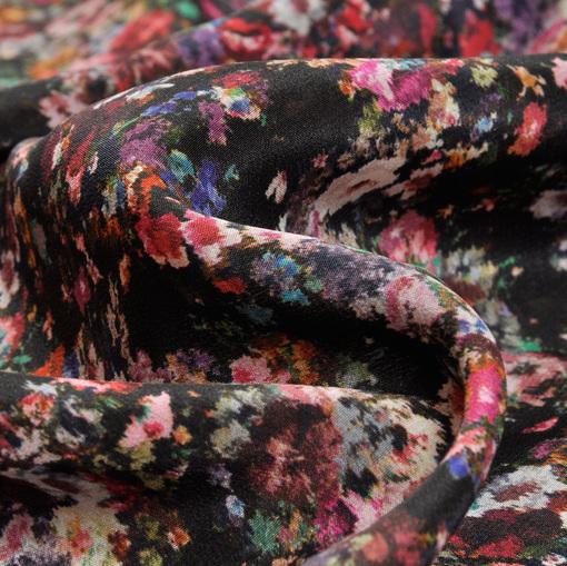 Шелк крепдешин с мелким цветочным принтом на черном фоне
