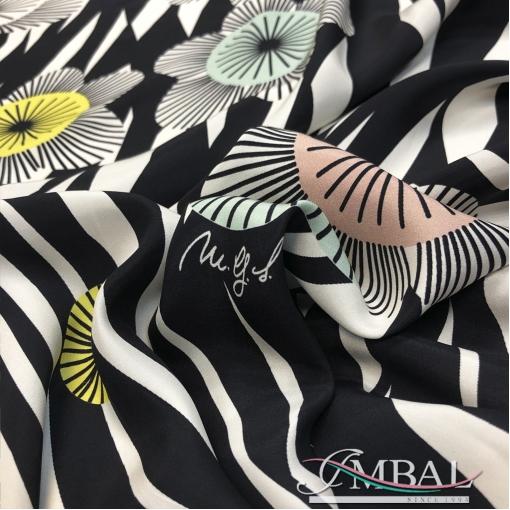 Шелк матовый с изнанки атласный дизайн Maria Grazia Severi купон зебра и цветы