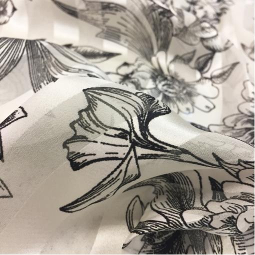 Шелк деворе Blumarine стрейч в черно-белых тонах пионы и розы