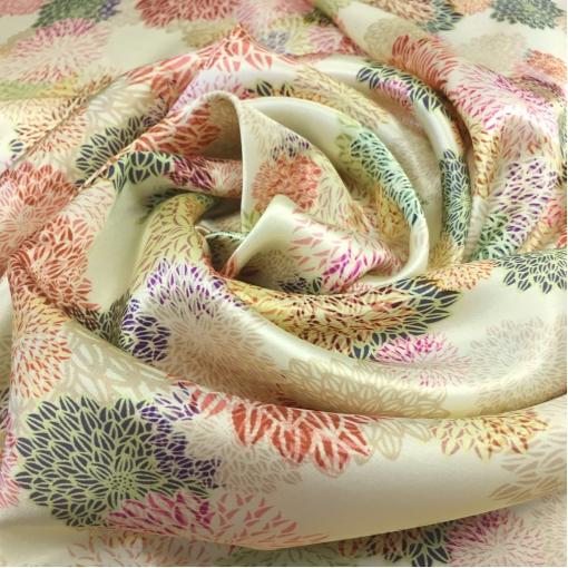 Шелк атласный принт Ferragamo стилизованные цветы на ванильном фоне