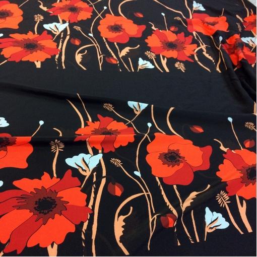 Шелк креповый принт Valentino купон  маки на черном фоне