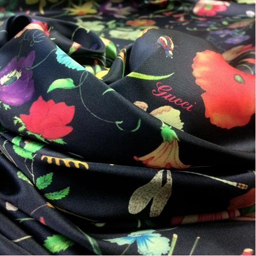 Шелк креповый стрейч принт Gucci цветы на черном фоне