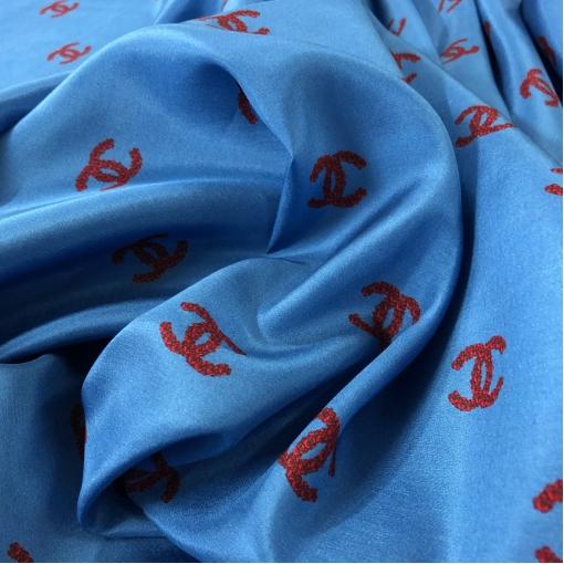 Шелк креповый принт Chanel с логотипом из красных роз на серо-голубом фоне