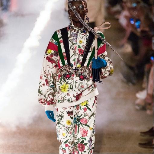 Шелк атласный принт Gucci цветы и ремни на молочном фоне