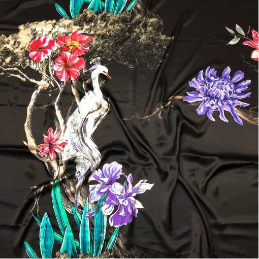 Шелк атласный принт Gucci купон птица на ветвях на черном фоне