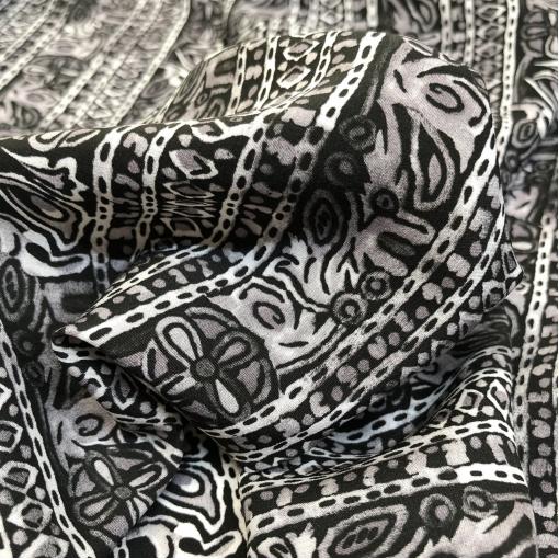 Шелк креповый принт Yves Saint Laurent полосы и узоры в черно-белой гамме