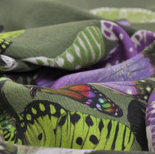 Атласный стрейчевый шелк с бабочками в зелено-фиолетовых тонах
