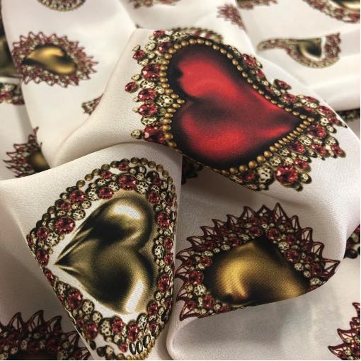 Шелк креповый принт D&G сердечки-кулоны на молочном фоне