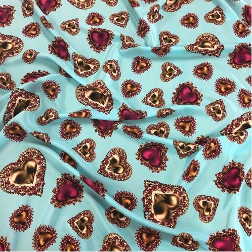 Шелк креповый принт D&G сердечки-кулоны на голубом фоне