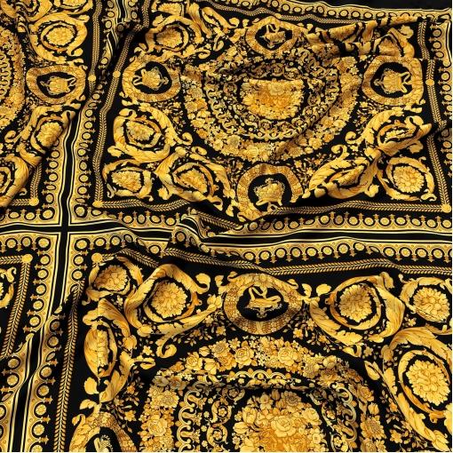 Шелк твил Versace платок золотые вензеля на черном фоне