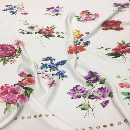 Шелк жаккардовый принт D&G букеты цветов на молочном фоне