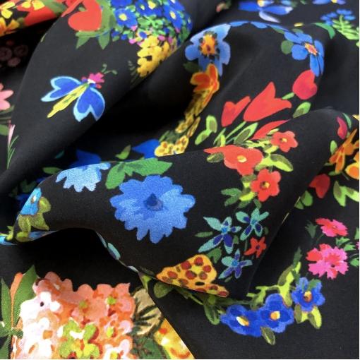 Шелк креповый принт Gucci букеты и жучки на черном фоне
