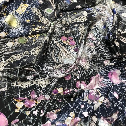 Шелк атласный принт Versace драгоценности на черном фоне