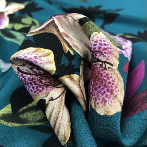 Шелк креповый стрейч принт Blumarine букеты лилий на темно-бирюзовом фоне