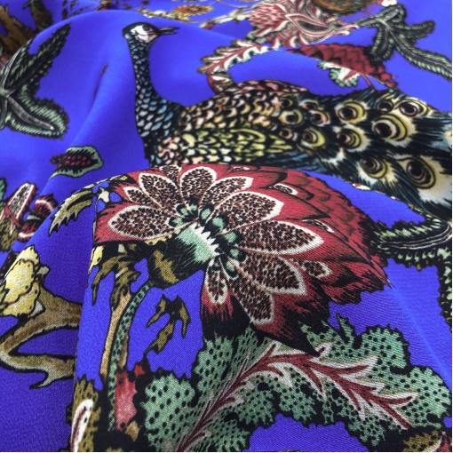 Шелк креповый принт Blumarine павлины и  цветы на ярко-синем фоне