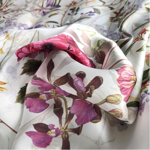 Шелк атласный принт Gucci полевые цветы на молочном фоне