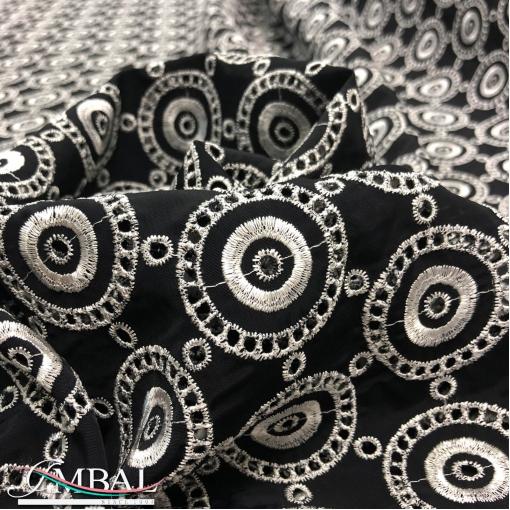 Хлопок нарядный черный с матовым отливом дизайн DIOR белые вышитые круги с перфорацией