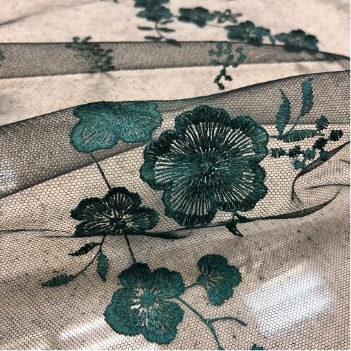 Кружево на сетке Blumarine вышитые цветы темного изумруда с эффектом деграде