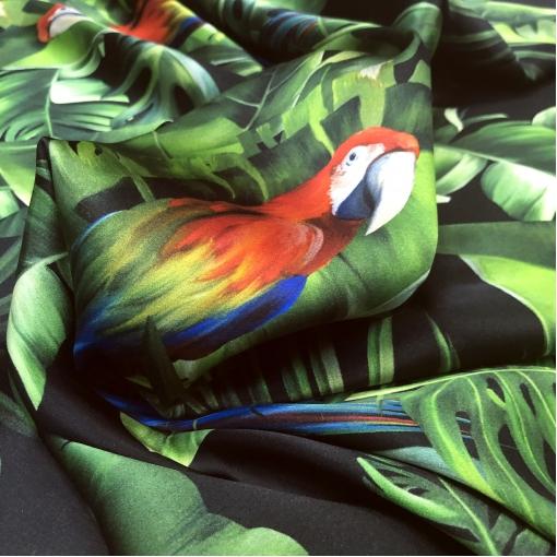 Шелк атласный стрейч дизайн D&G попугаи в тропиках на черном фоне